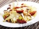 Рецепта Салата айсберг със сушени домати, сурови гъби печурки и кедрови ядки